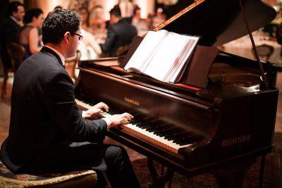 Músico para casamento Curitiba com piano de cauda - Heber de Castro